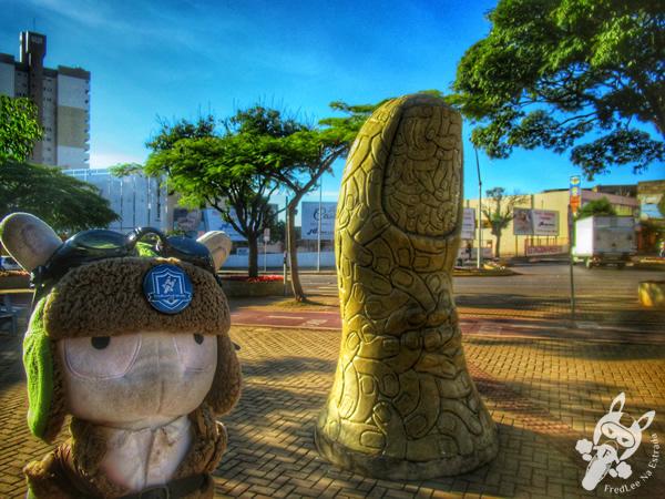 Escultura do Dedão - Avenida Brasil   Cascavel - Paraná - Brasil   FredLee Na Estrada